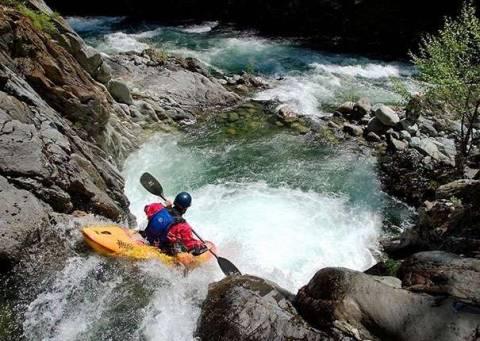 Спуск на лодке по горной реке