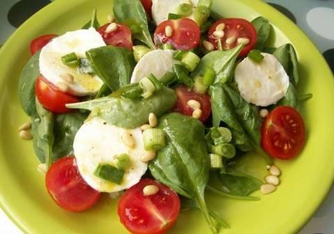 Варианты салатов со шпинатом и помидорами