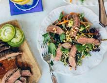 Вкусно и сытно: рецепты осенних салатов с мясом