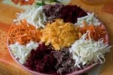 Как приготовить легкие салаты к праздничному столу?