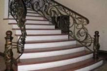 Кованые лестничные перила и их виды