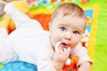 В каком возрасте ребенок начинает сидеть: нужно ли торопить события?