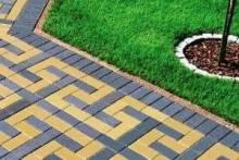 Как уложить тротуарную плитку своими руками — пошаговая инструкция, необходимые строительные материалы и инструмент
