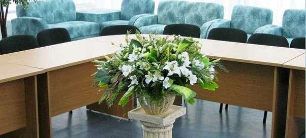Искусственные цветы в интерьере офиса