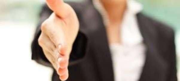 Кто должен первым здороваться по этикету: мужчина или женщина? Правила светского и делового этикета